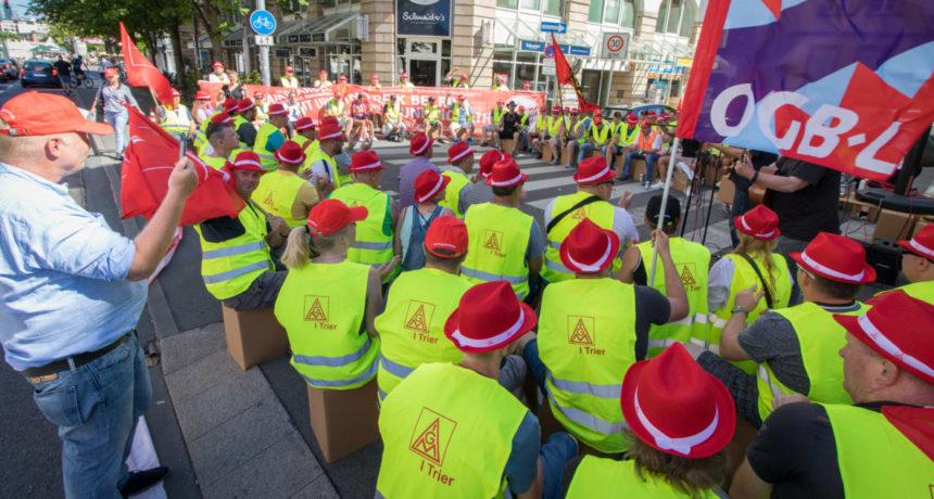 Videoclip: RIVA Beschäftigte auf Streik-Trail vor italienischen Generalkonsulat – Tarifvertrag jetzt!