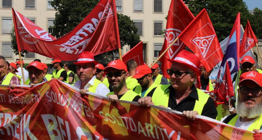 Demonstration der Streikenden von RIVA vor dem Mainzer Landtag