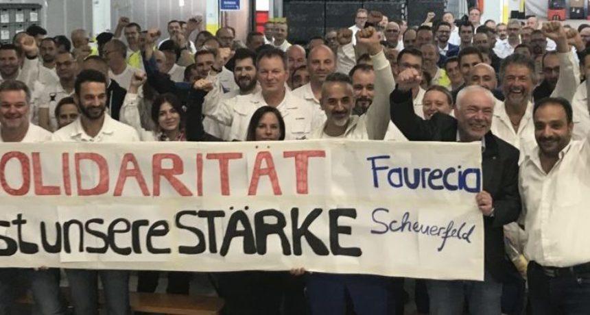 Solidarität von der Betriebsversammlung bei Faurecia in Scheuerfeld - Belegschaft spendet für das Soli-Konto