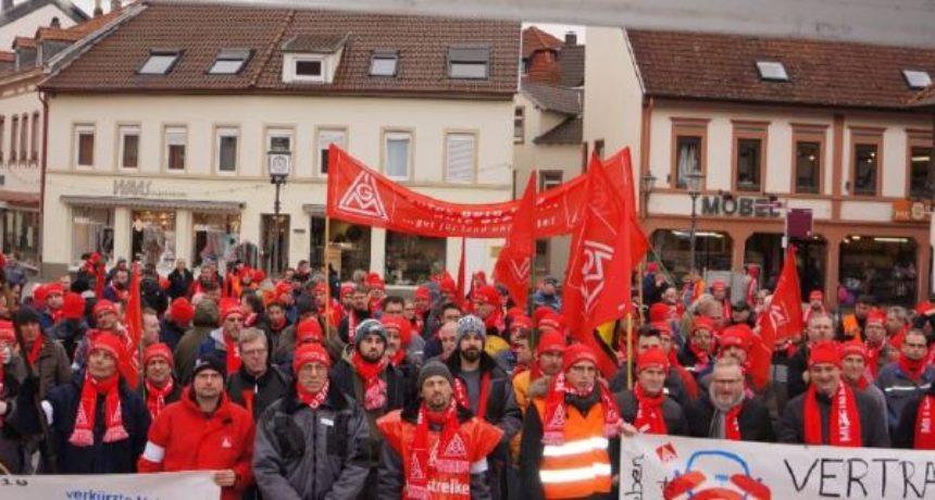 Metallerinnen und Metaller von Borg Warner zeigen Solidarität auf Streikversammlung